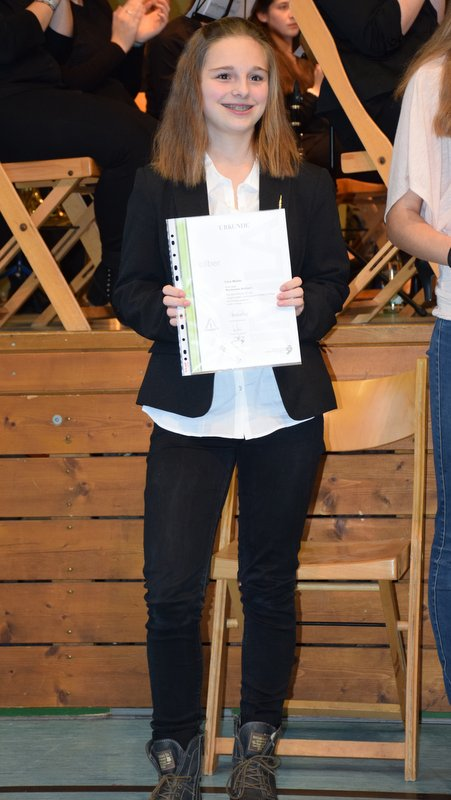Lina Müller bei der Urkundenverleihung in Tegernau