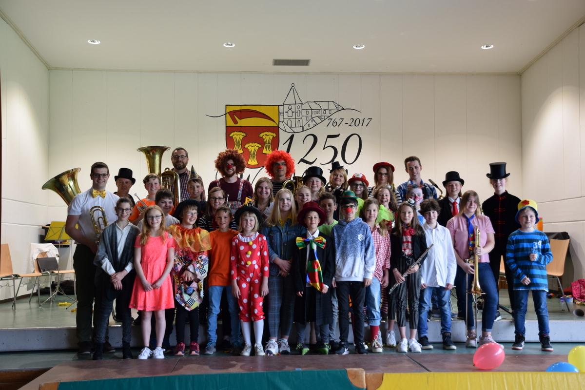 Das Jugendorchester und das Vorstufenorchester des Musikvereins Wollbach im Mai 2015
